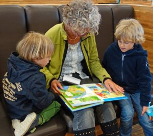 for_reading_granny_grandmother_grandchild_carefully_language_development_library_read-1073818.jpg!d